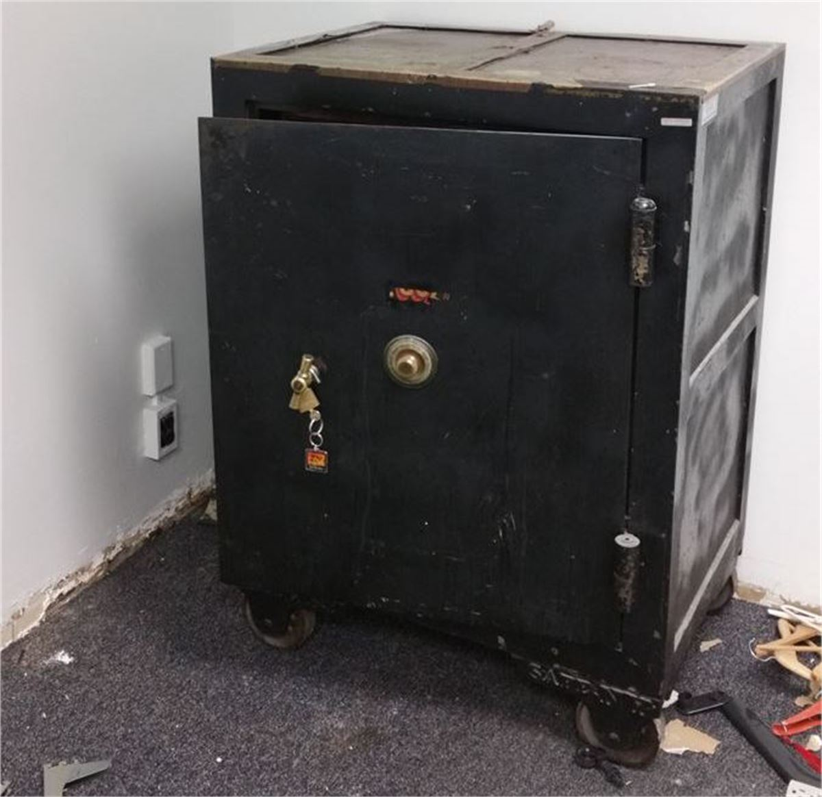 VINTAGE ANTIQUE COMBINATION FLOOR SAFE WITH SARGENT